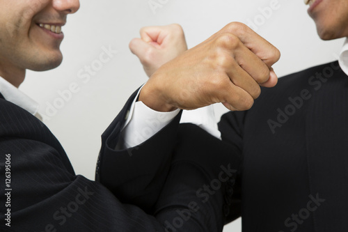 Fotografie, Obraz  腕を交差し友情を確かめ合うビジネスマン