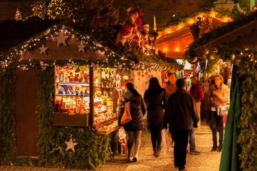 Weihnachtliche Hütten und Verkaufsstände des Stuttgarter Weihnachtsmarkt