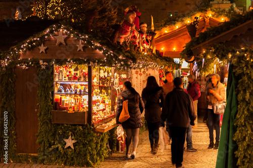 Foto auf AluDibond Europäische Regionen Weihnachtliche Hütten und Verkaufsstände des Stuttgarter Weihnachtsmarkt