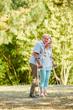 Alter Mann mit Krücken und Frau