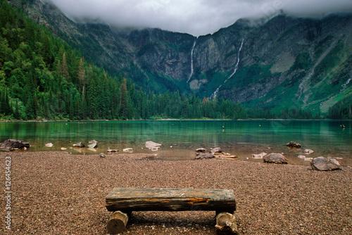 Zdjęcie XXL Drewniana ławka w pobliżu jeziora górskiego