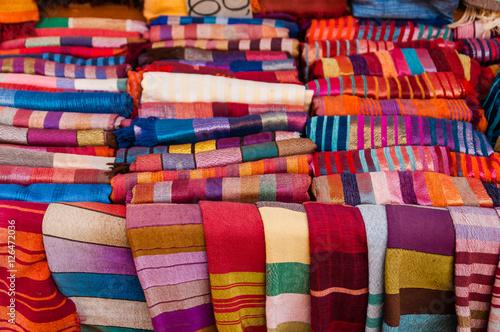 Bunte Orientalische Stoffe Auf Dem Basar In Marrakesch Marokko