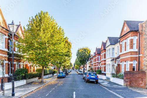 Chiswick suburb street in autumn, London - fototapety na wymiar