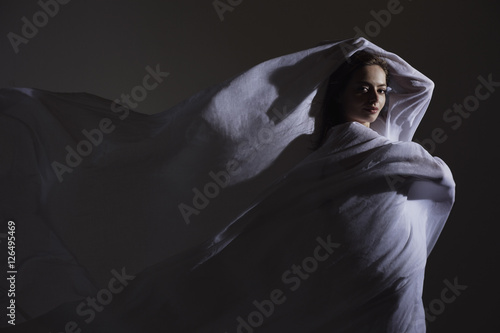 Fotografía  Young woman wrapped in white fabric