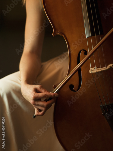 Foto close up of woman playing cello