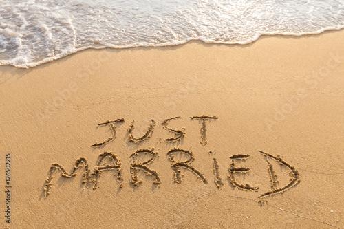 Fotografia  Just married written in the sand, tropical beach, honeymoon travel