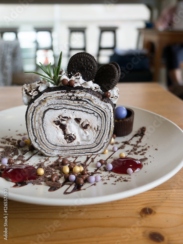 Foto op Plexiglas Klaar gerecht Chocolate crepe roll with cafe background