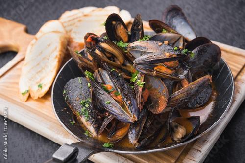Valokuvatapetti tasty mussels in pan
