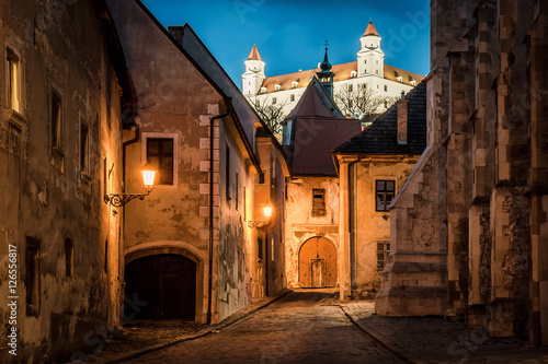 Photo  Lightened castle over night old town of Bratislava, Slovakia