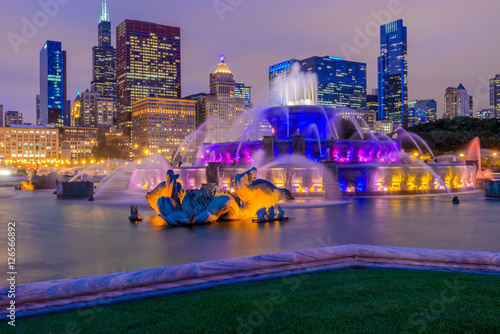 Photo sur Toile Fontaine Chicago skyline panorama with skyscrapers and Buckingham fountain in Grant Park at night lit by colorful lights.