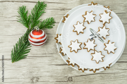 Weihnachtsgebäck Zimtsterne.Etagere Teller Mit Weihnachtsgebäck Zimtsterne Links Ein