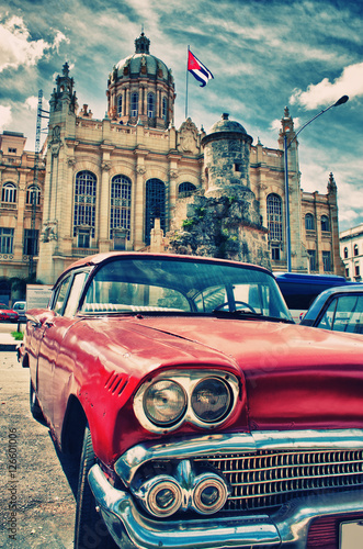 Tuinposter Vintage cars Vintage classic american car in a street of Old Havana