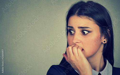 Photo  hesitant nervous woman biting her fingernails craving anxious