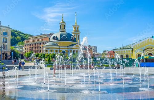 Staande foto Kiev The Church behind the fountain