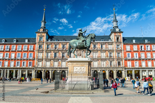 In de dag Madrid Felipe III statue and Casa de la Panaderia on Plaza Mayor in Madrid, Spain