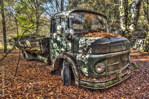 Fototapeten Old truck abandoned in a forest