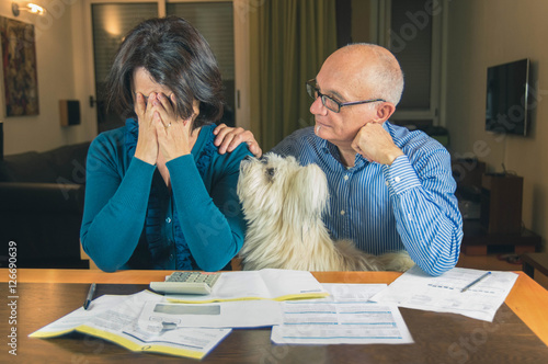 Photo Worried couple with dog reading an important notification in a letter sitting in