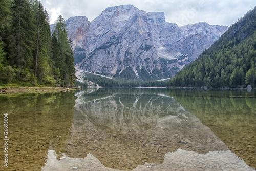 Foto auf Gartenposter Reflexion Panorama del lago di Braies, immerso nel cuore delle montagne delle Dolomiti