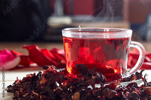 Poster Thee Red Hibiscus tea in glass mug