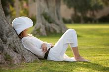 Femme Habillée En Blanc Repos...