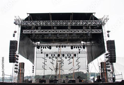 Structure de scène installée en plein air sous ciel gris