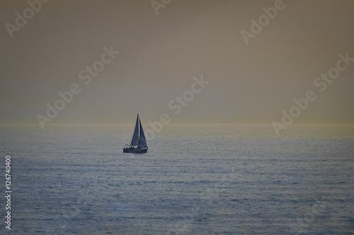 Montage in der Fensternische Rosa Sail boat in open sea at sunset