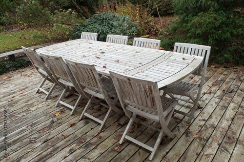 salon de jardin en teck dans un jardin en automne - Buy this ...