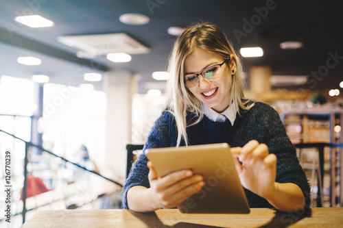 Photo  Student studying on tablet