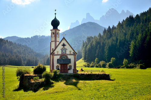 Photo  church in the foothills of the Dolomites