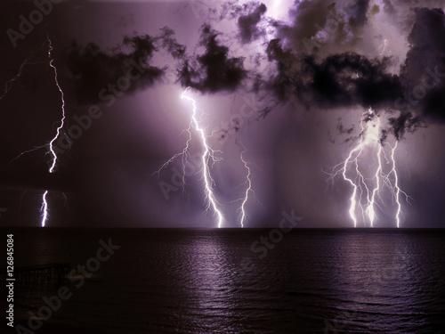 Zdjęcie XXL Czarno-białe odbijają się od zamarzniętego morza - żadna publiczność nie jest obecna, by być świadkiem takiego widoku, ale akt trwa niezależnie, długo w nocy.