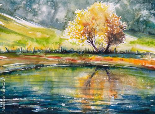 Jesieni drzewo z pomarańczowymi liśćmi odbija w jeziorze Obraz tworzący z akwarelami.