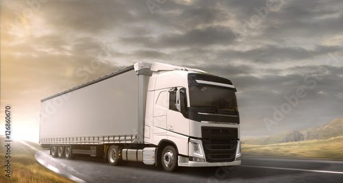 Zdjęcie XXL Prowadzenie ciężarówki o zachodzie słońca