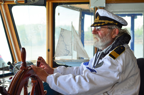 Fotomural Old experienced captain in navigation cabine