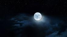 Luna Gigante Fra Le Nubi E Il ...