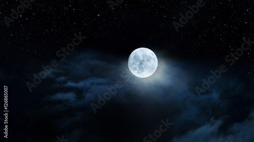 Photo  Luna gigante fra le nubi e il cielo stellato