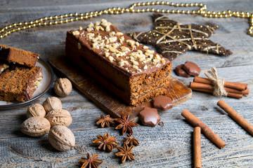Pyszne ciasto piernikowe na drewnianym tle