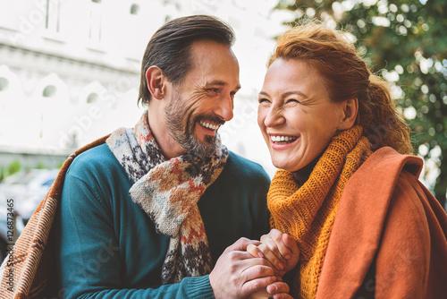 Foto  Senior lovers enjoying date outside
