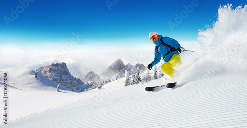 Poster Glisse hiver Skier on piste running downhill