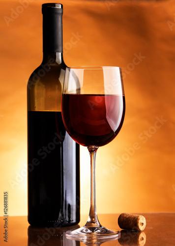 szklo-wino-i-butelka-na-czarnym-tle