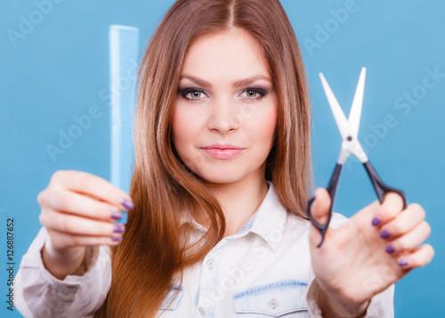 Plakat Żeński fryzjer przedstawia narzędzia.