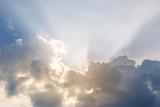 Promienie światła wpadające przez chmury, zachód słońca - 126894458