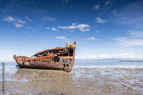 Foto op Canvas Schipbreuk Broken boat in Motueka