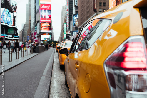 Deurstickers New York TAXI Taxi cabs on busy Time Square road