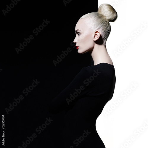 Spoed Foto op Canvas womenART Elegant blode in geometric black and white background