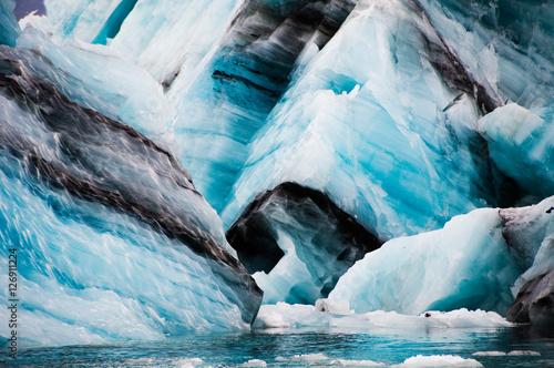 Icebergs with volcano ashes in Jokulsarlon glacier lagoon, Iceland Fototapete