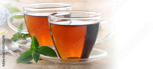 filizanki-herbaty-z-listkami-miety-herbata-odswiezajaca