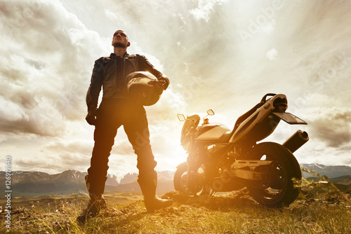 Photo  Biker with motorcycle on mountains backdrop