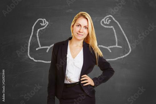 Fotografía  Erfolgreiche Frau mit aufgemalten Muskeln