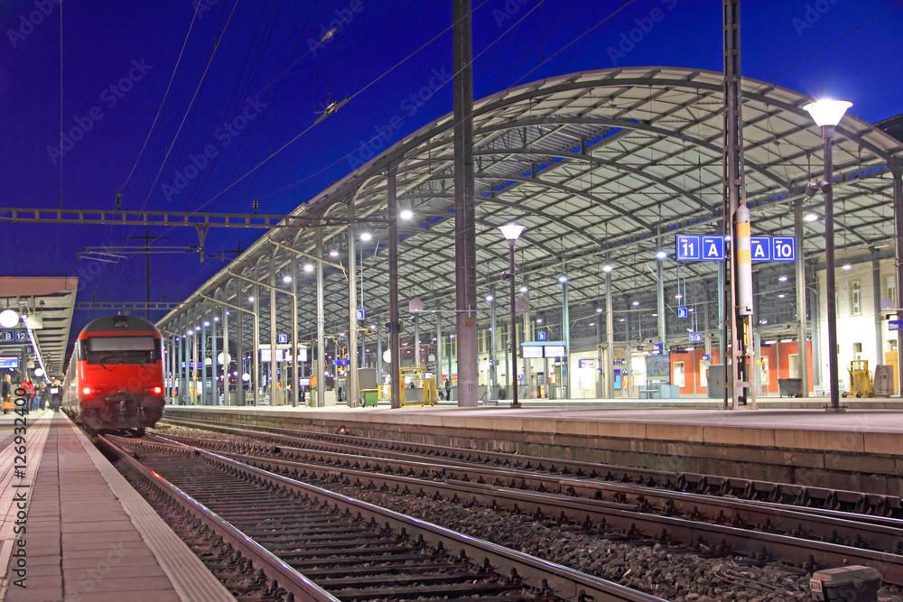 Fotografía  Estación de tren en la noche en olten