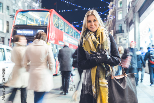Türaufkleber London roten bus Beautiful woman portrait in London during Christmas time